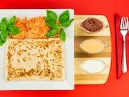 16. Karkówka pieczona w sosie słodko-kwaśnym, ser żółty, kukurydza, ogórek kiszony, cebula // sos