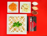 15. Naleśnik - Szynka, ser żółty, pomidor, pieczarki, cebula, oregano // sos