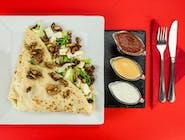 27. Naleśnik - Sałata lodowa, rukola, ser lazur, ser Favita, oliwki, pomidor suszony, karmelizowane orzechy włoskie // sos