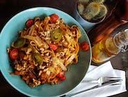 Makaron Tagliatelle z szarpanym żeberkiem wieprzowym, w sosie BBQ i z prażonymi orzechami