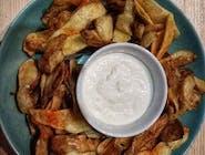 Miska naszych chipsów ziemniaczanych z sosem czosnkowym