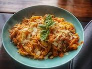 Makaron Tagliatelle w sosie paprykowym z kurczakiem i mozzarellą