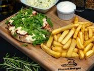 Grillowany filet z kurczaka zapiekany z pomidorem, rukolą i serem mozzarella