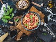 Makaron spaghetti w sosie pomidorowym