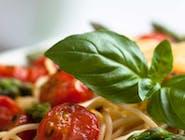 Farfalle z kurczakiem w sosie pomidorowo-ziołowym